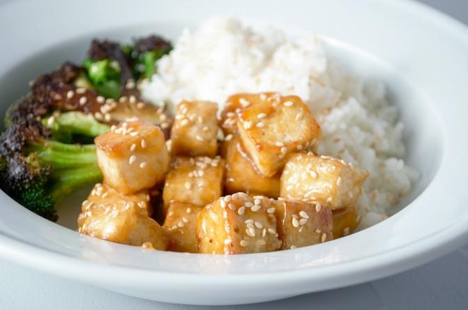 Sweet thai chli tofu served with roasted broccoli and white rice